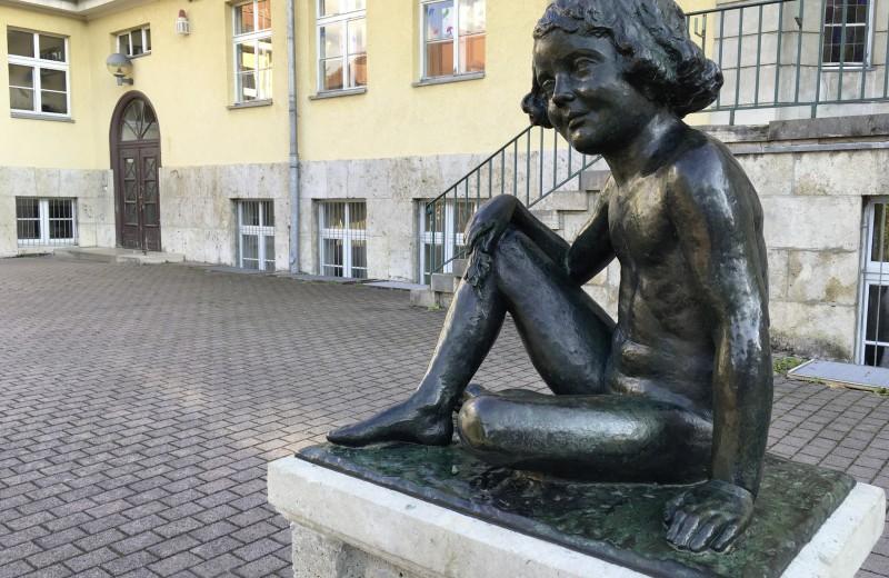 Die Plastik »Bärbel«, 1929, Tochter/Modell des Bildhauers Richard Engelmann (1868–1966) vor Haus Nr. 15a